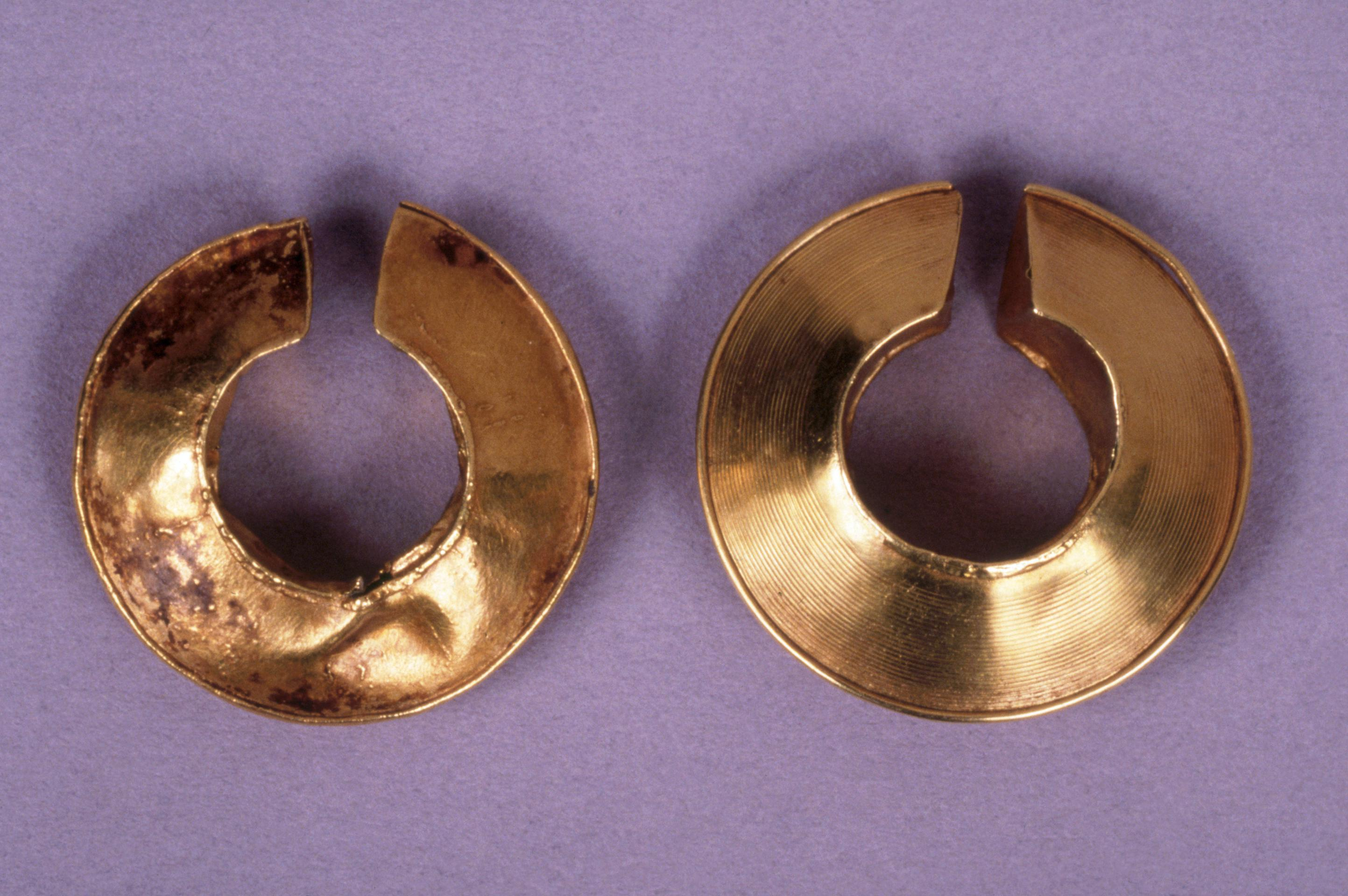 Open the image &lsquoLate Bronze Age gold lock-ring pair'