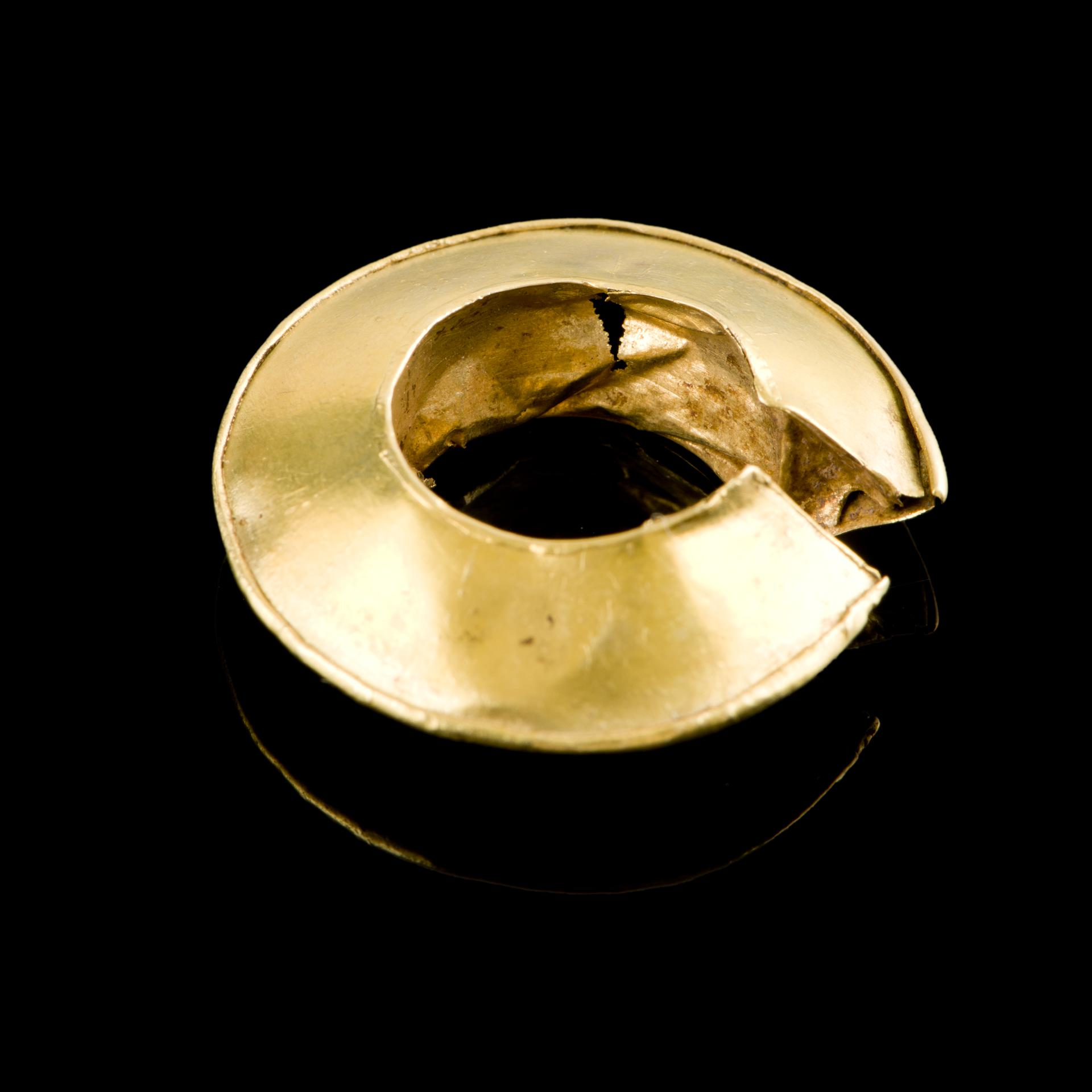 Open the image &lsquoLate Bronze Age gold penannular lock ring (inner detail)'