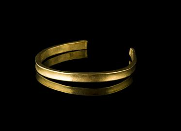 Bronze Age gold bracelet, armlet or anklet, with simple squared terminals