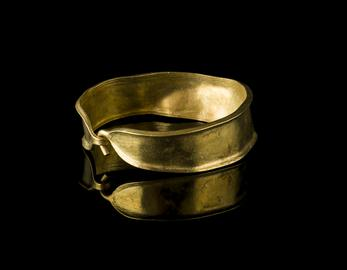 Bronze Age gold bracelet, armlet or anklet, with the hook fastening