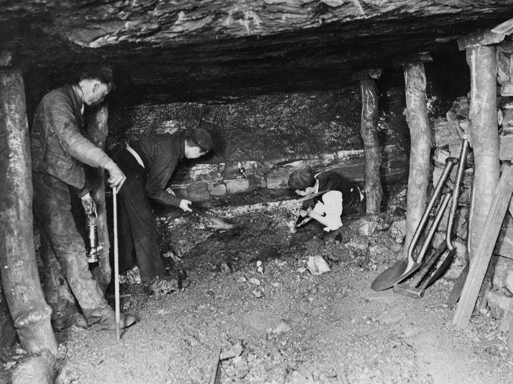 Working in the Gwery Cae seam, Sirhow No 7, 1898 (b/w photo)